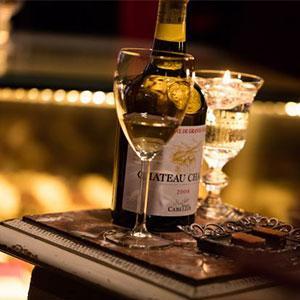 名門ショコラブランド「イルサンジェー」にて希少な黄色のワインで楽しむ「ヴァンジョーヌ アフォガード」が登場!