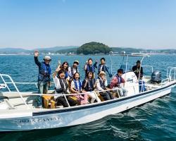 養殖漁場を間近で見学!地元グルメやワインも楽しむ『志津川湾R&B(漁師と美食)クルーズ』